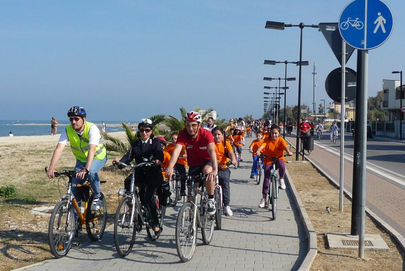 """Teramo, biciclettata sulla costa per il """"si"""" al referendum"""