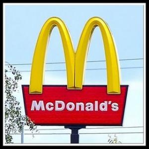 Domani sit in davanti al McDonald's di Colonnella