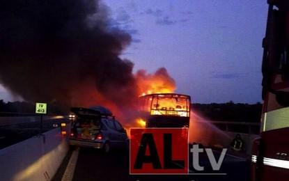 Autobus a fuoco sull'A14, scontro con auto