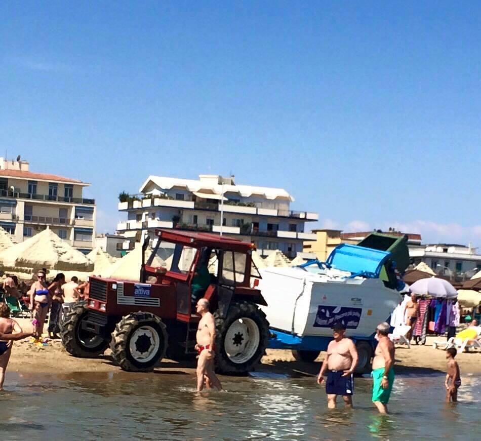 Emergenza Alghe ed i trattori tra i bagnanti