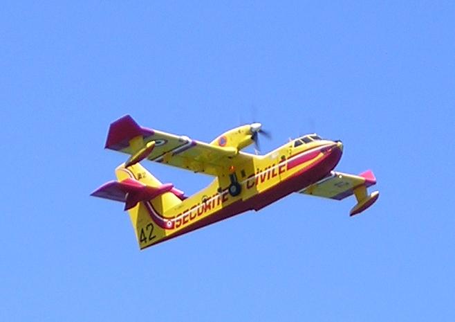 Incendi in Abruzzo: Canadair in spiaggia a Pescara