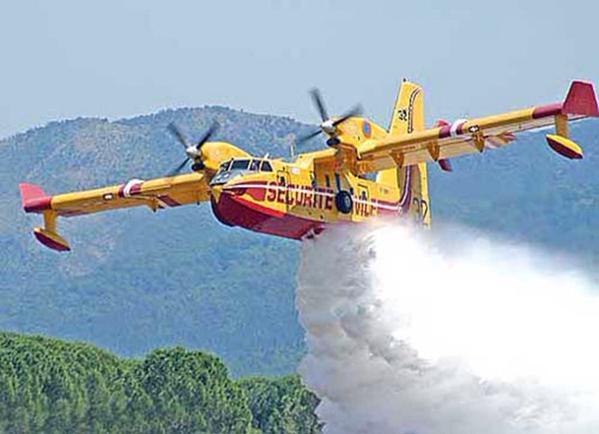 Incendio a Torricella Sicura, Canadair in azione
