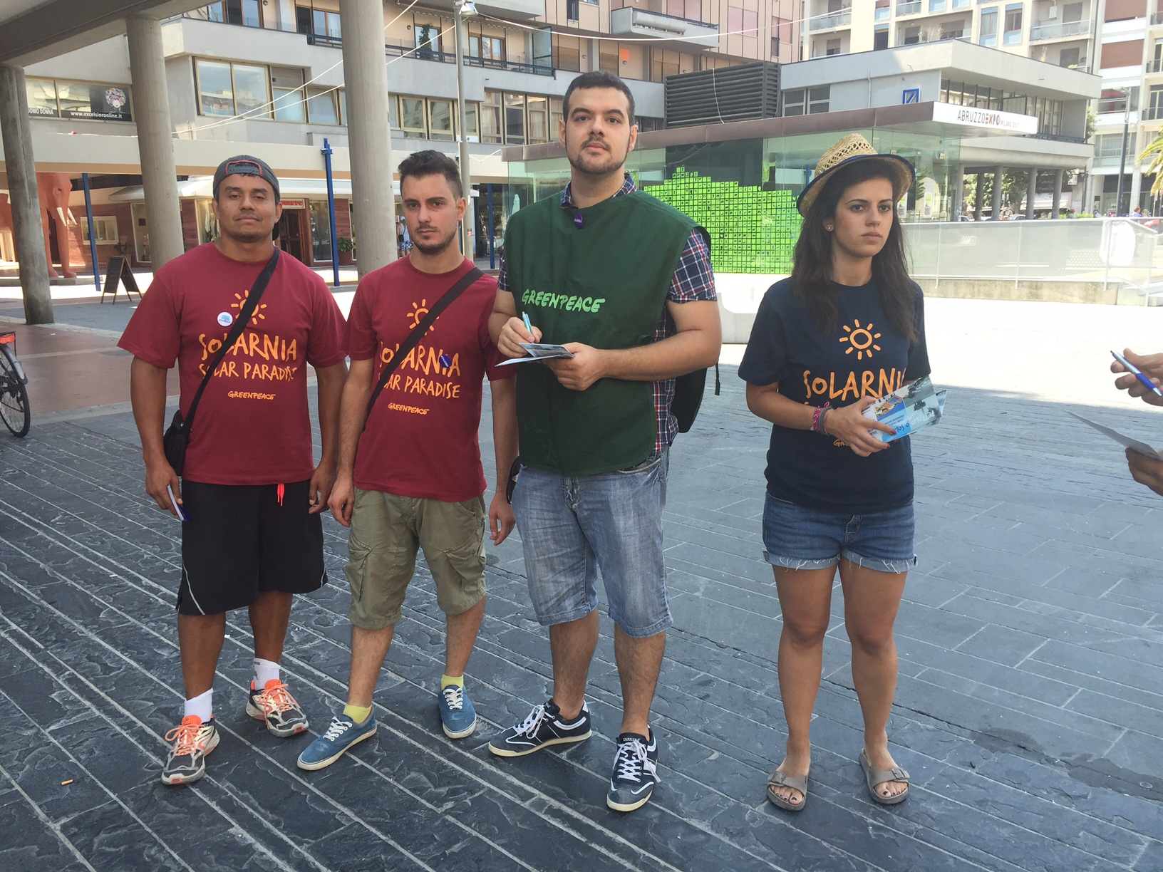 Flash mob di Greenpeace oggi a Pescara in Piazza Salotto