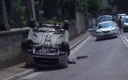 Alba Adriatica: auto si ribalta in pieno centro