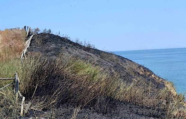 Incendio a Punta Aderci, a Vasto altri 3 roghi