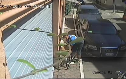 Giulianova: Ladro di bici ripreso in video