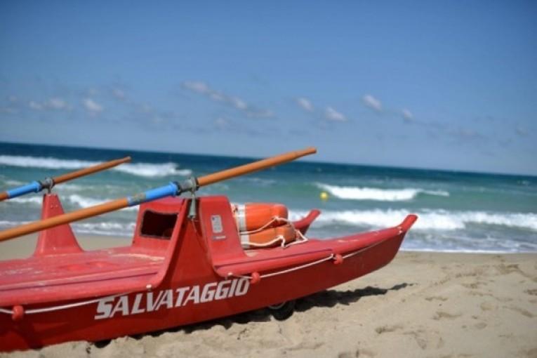 Giulianova, due bagnini salvano uomo in mare