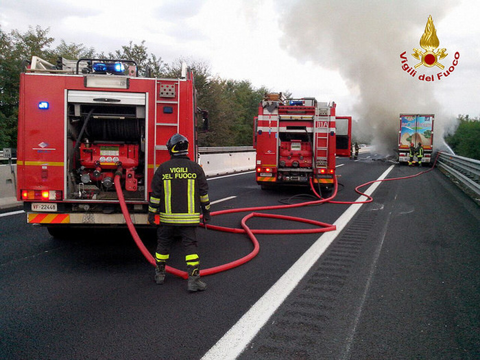 Camion a fuoco: traffico in tilt su A25