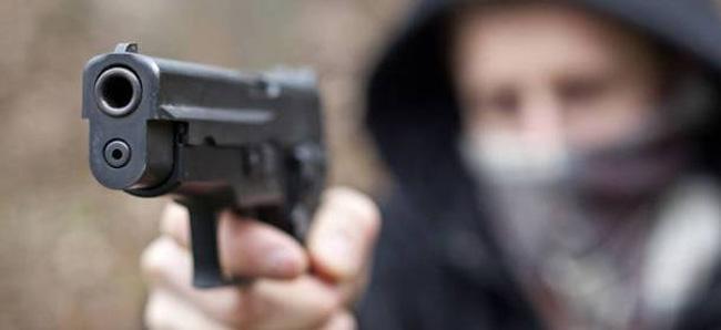 Uomo armato in fuga nelle campagne del Teramano
