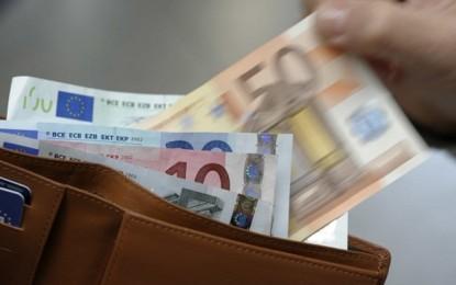Trova portafogli con 400 euro e lo restituisce