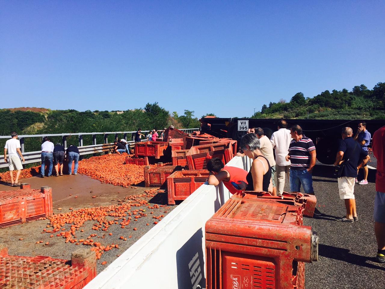 A/14 Miglianico: Tir carico di pomodori si ribalta, traffico bloccato