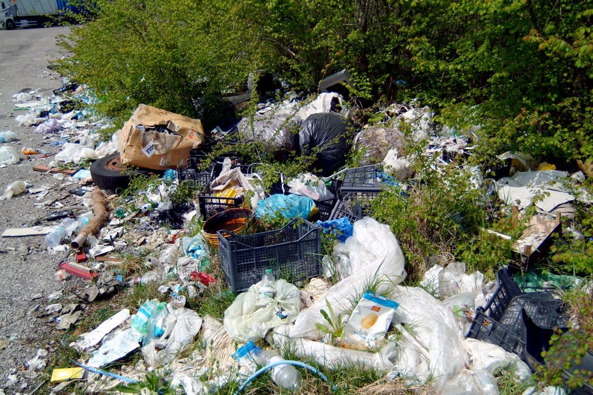 Montesilvano, rifiuti in via Lazio ed ex Monti