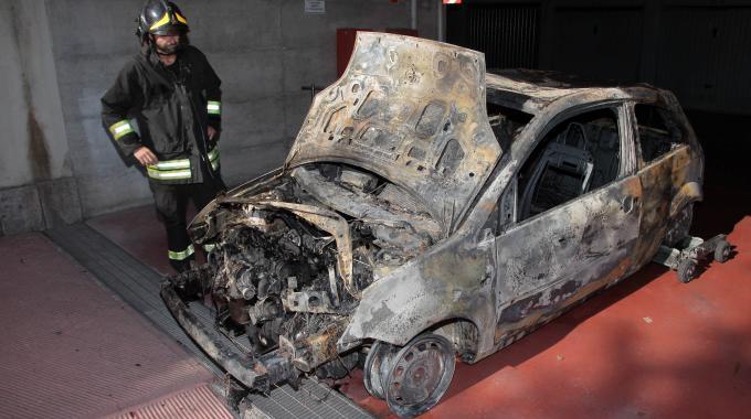 Auto a fuoco a Pescara: panico in  un garage condominiale