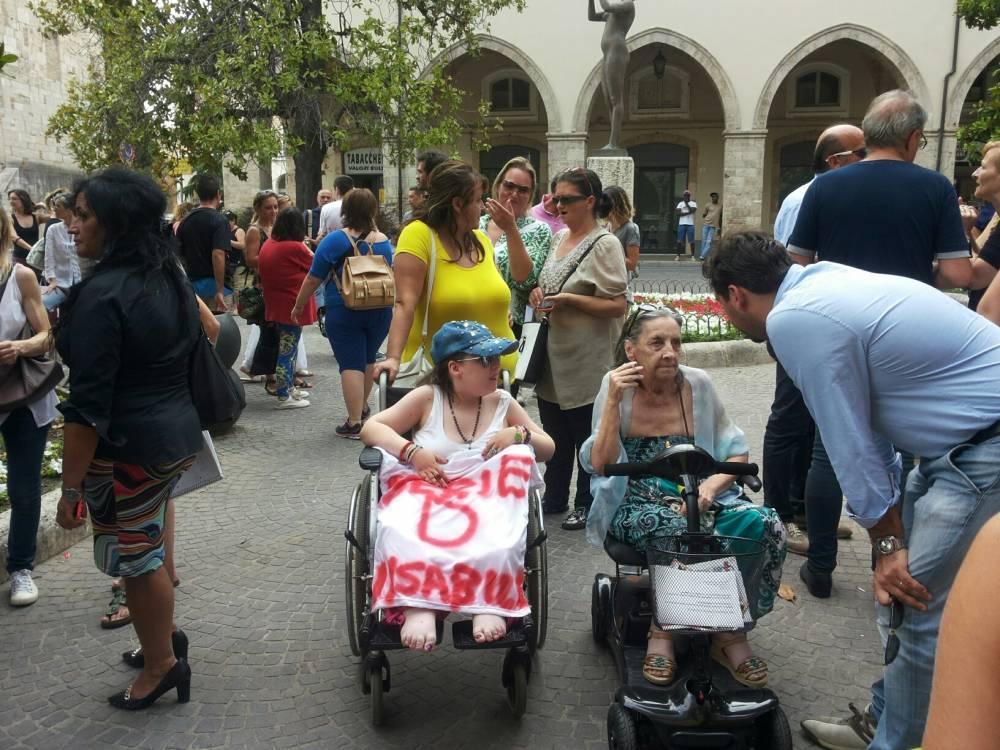 Teramo: tagli assistenza, disabili in piazza