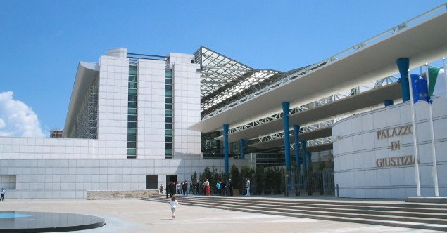 Si taglia le vene in Tribunale a Pescara