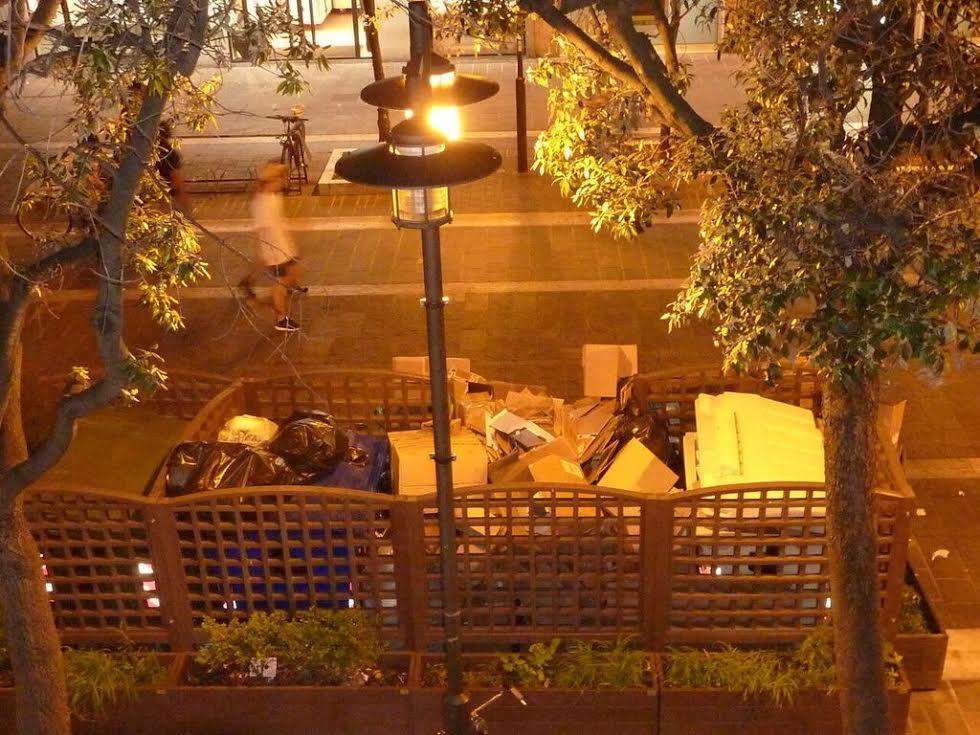 Pescara, isole di spazzatura in pieno centro