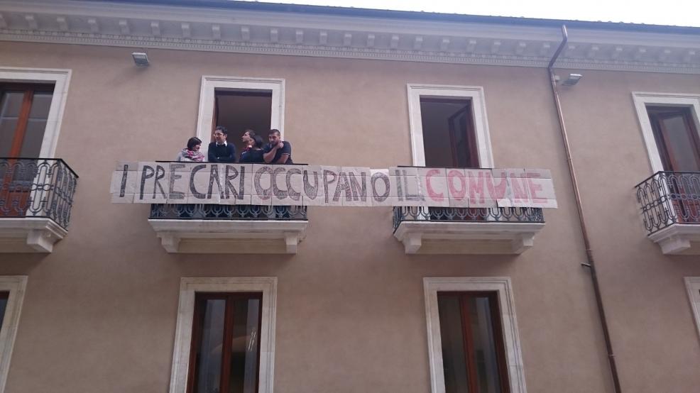 A L'Aquila precari tornano ad occupare Palazzo Fibbioni