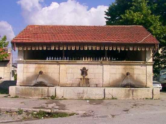 Trafugati cornicioni storica fontana S. Antonio a Paganica
