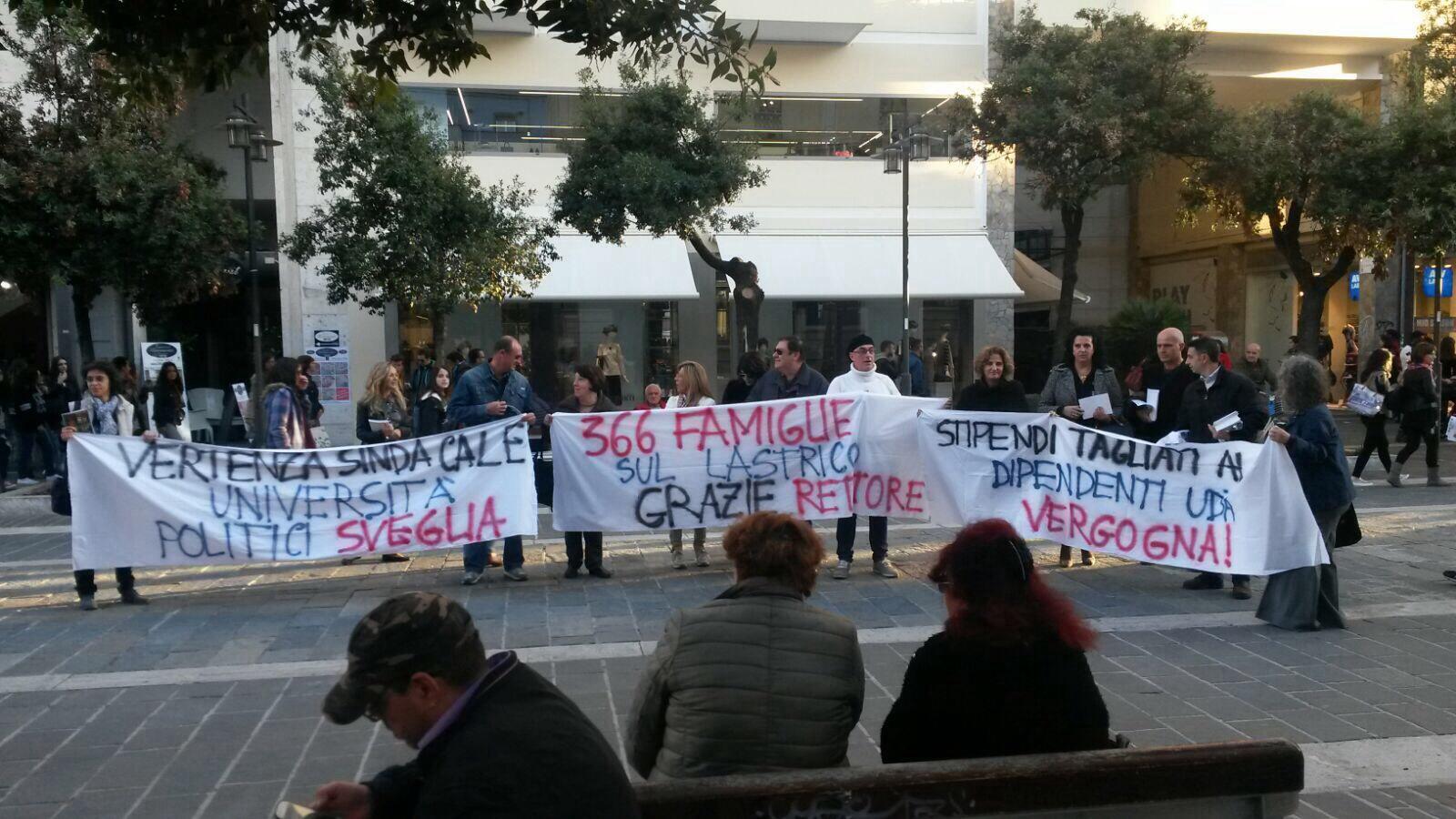 Ud'A, a Pescara volantini e striscioni 'anti rettore e dg'