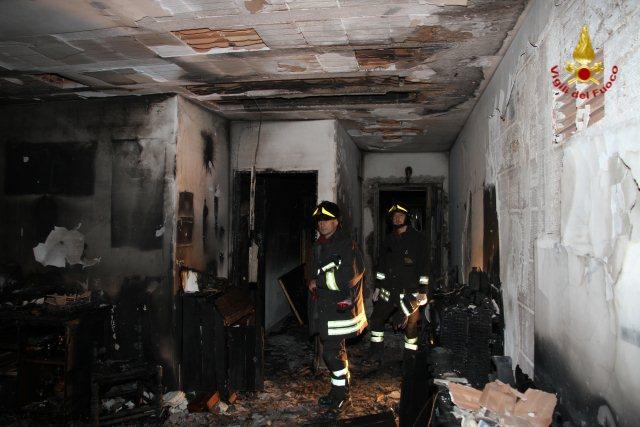 Pescara, fiamme in un palazzo dei colli, donna salvata dai CC