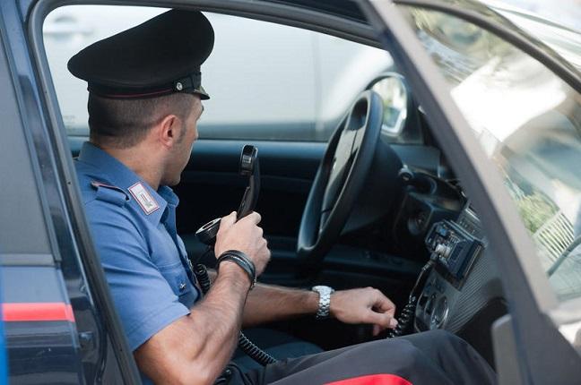 Trova 2.600 euro, li consegna ai carabinieri