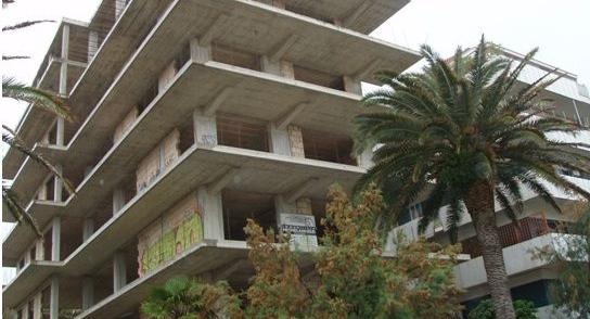 Rudere sul lungomare a Pescara, demolizione bloccata
