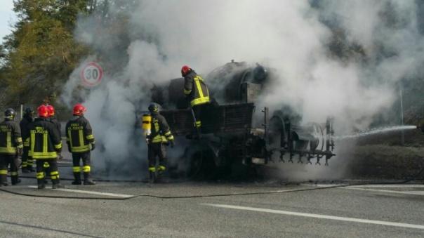 Autocisterna in fiamme. Incendio sulla A24