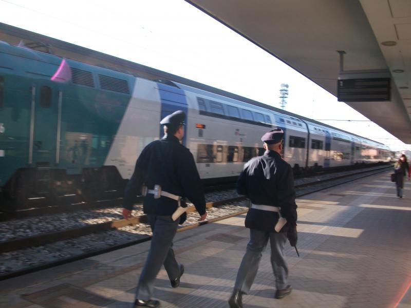 Pescara, caos sul treno e in stazione: donna arrestata