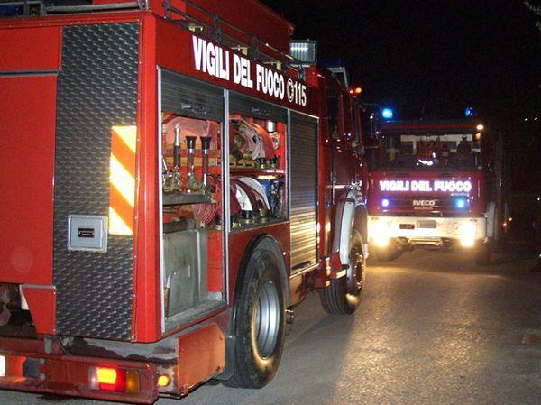 Vasto: fiamme in pieno centro distruggono un bar