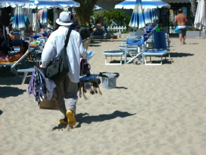 Vasto: oltre 17.000 oggetti falsi sequestrati in spiaggia