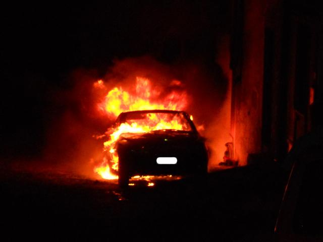 Lanciano: auto a fuoco in centro, atto doloso