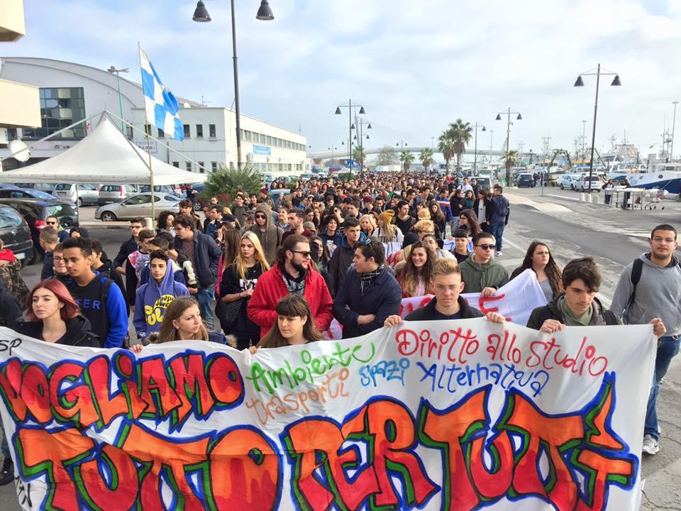 Pescara: studenti in corteo contro il terrorismo (Video)