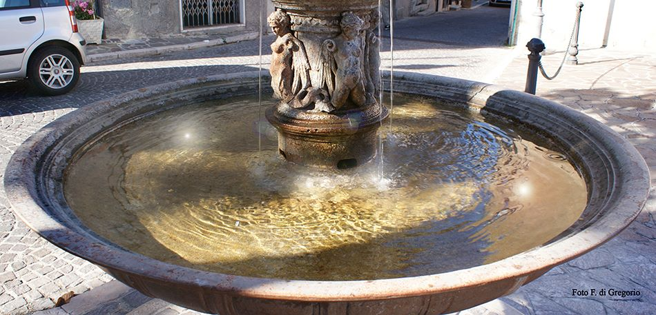 Tocco da Casauria: autocarro butta giù la fontana
