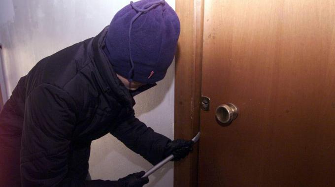 Giulianova: malmenato in casa dai ladri