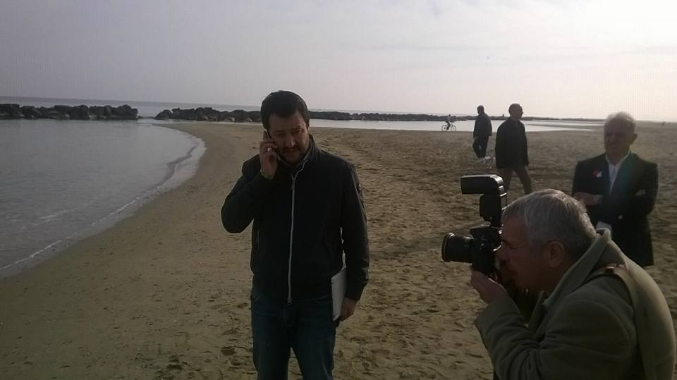 "Salvini a Montesilvano: ""Italia? Paese scemo, utile a terroristi"""
