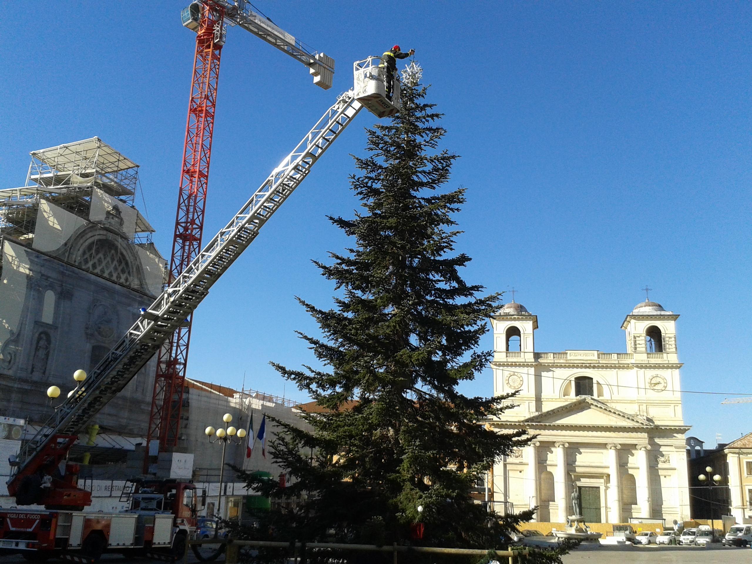 L'Aquila, l'albero di Natale lo addobbano i cittadini
