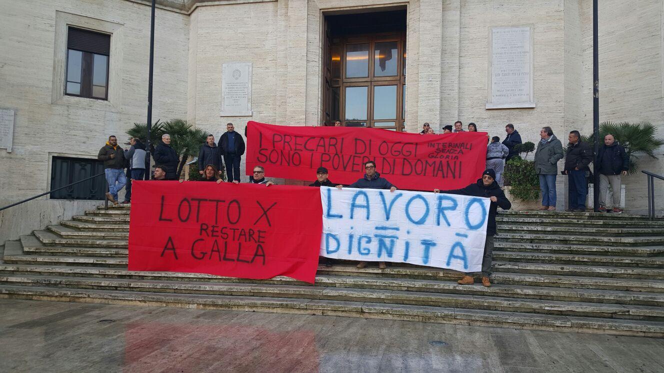 Gli interinali di Attiva assediano il Comune di Pescara