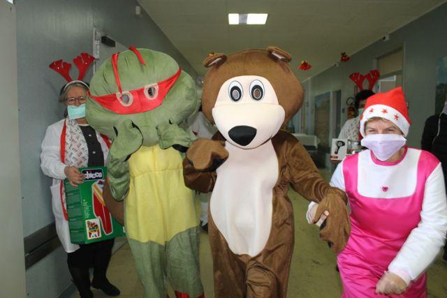 Masha e Orso portano doni ai bimbi ricoverati a Pescara