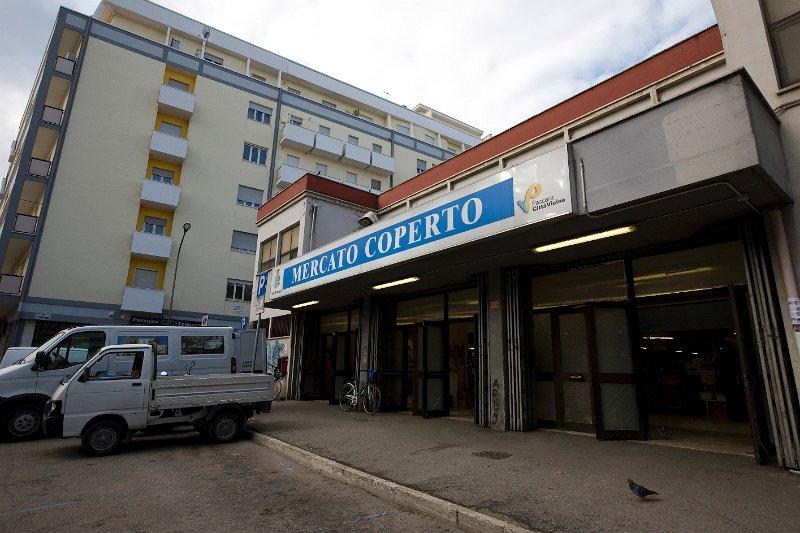 Al mercato coperto di Pescara, crolla solaio del magazzino