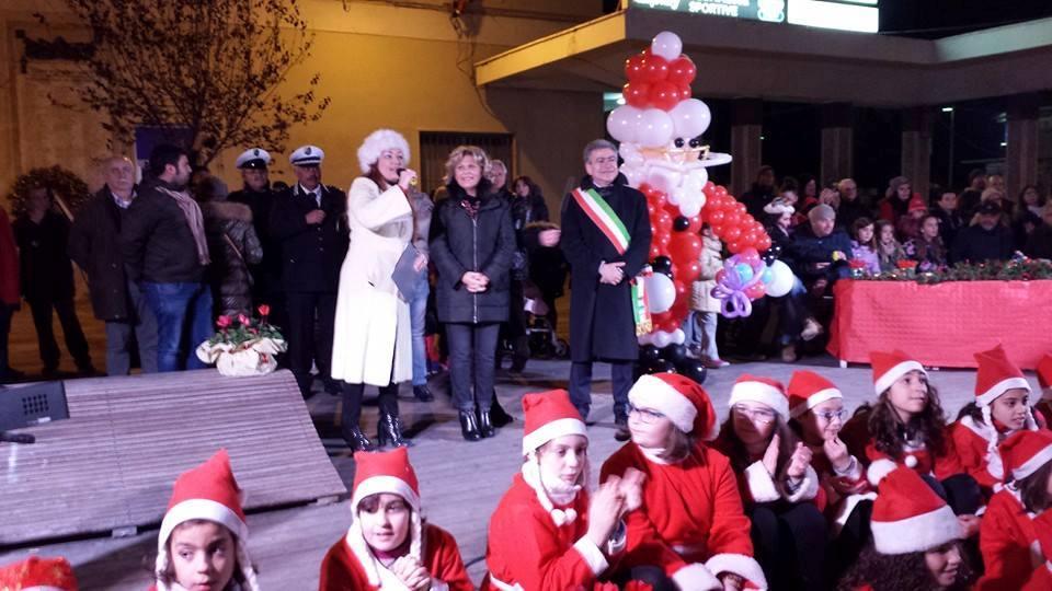 Roseto: folla di gente per l'accensione dell'albero di Natale