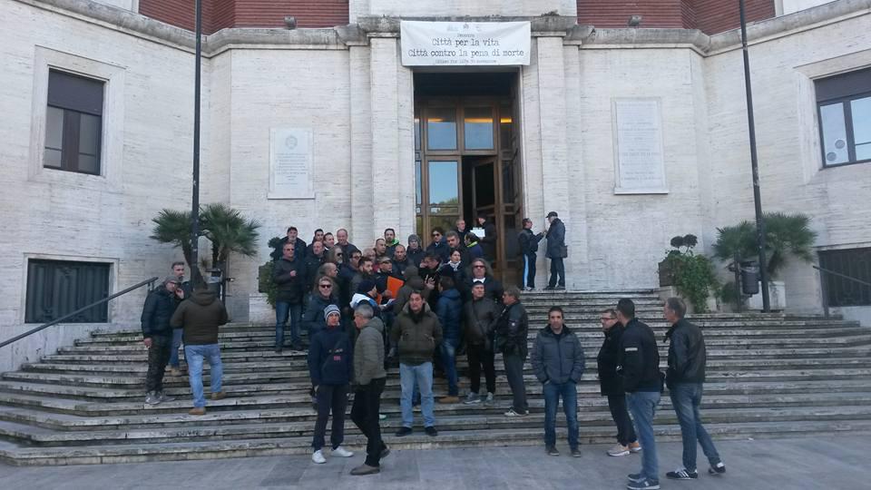 Pescara, i precari di Attiva ancora in sit in