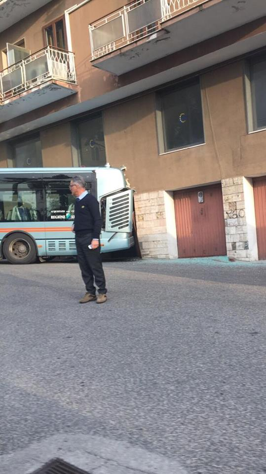 Chieti: autobus sfonda la porta di una officina