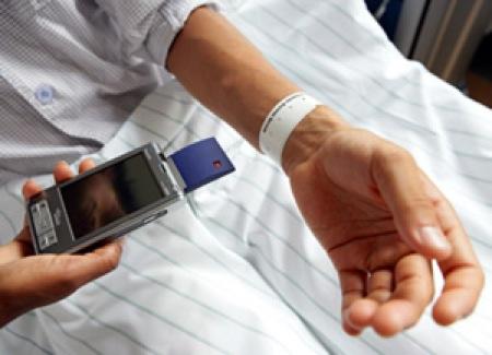 Sanità, un braccialetto ci darà le medicine in corsia