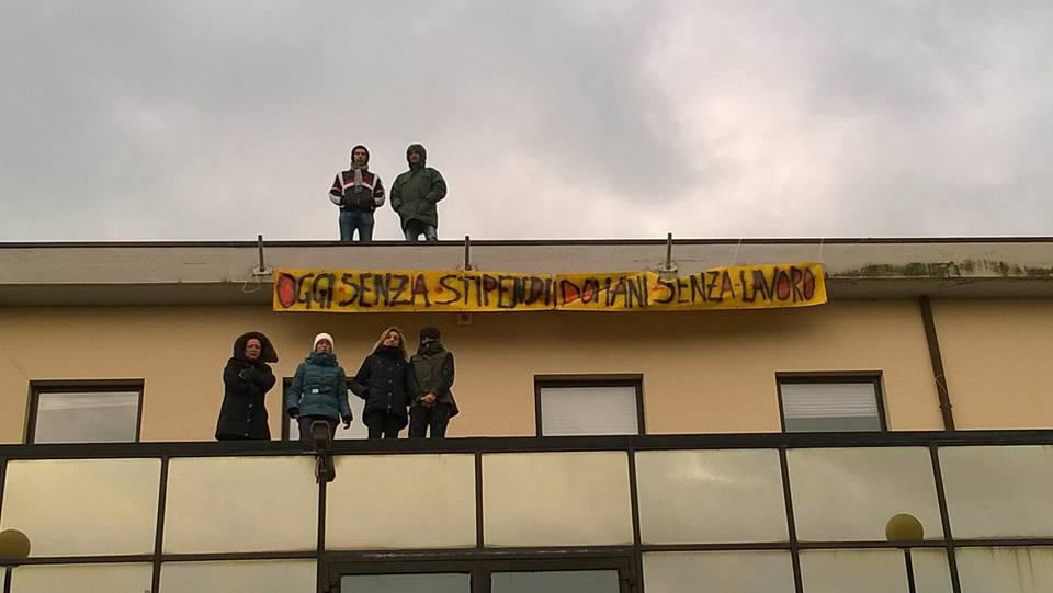 Vasto: Cotir, dipendenti in sciopero fame salgono su tetto