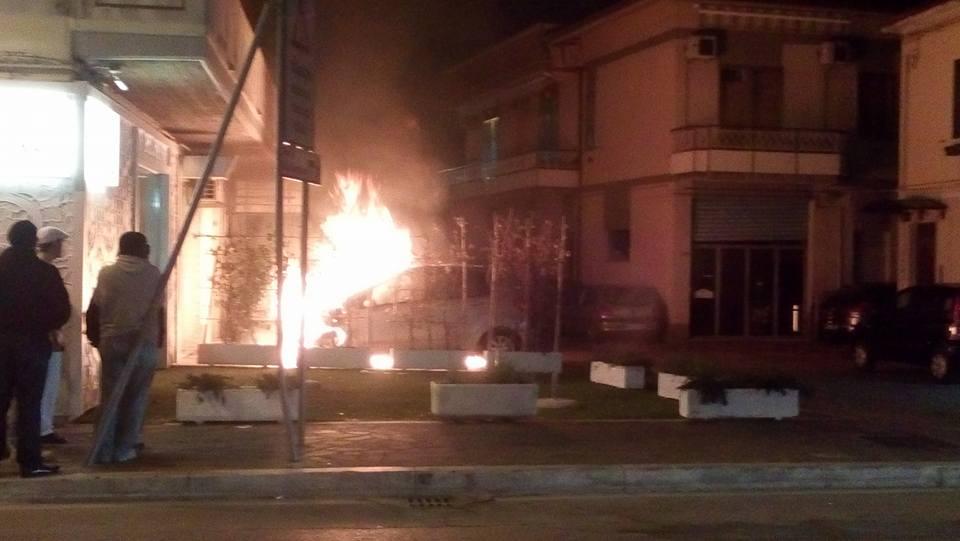 Auto prende fuoco vicino la stazione di Montesilvano