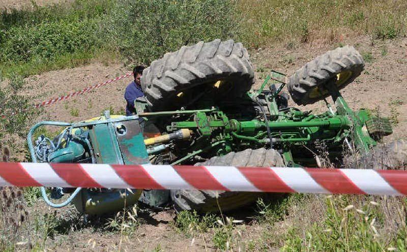 Muore schiacciato dal trattore