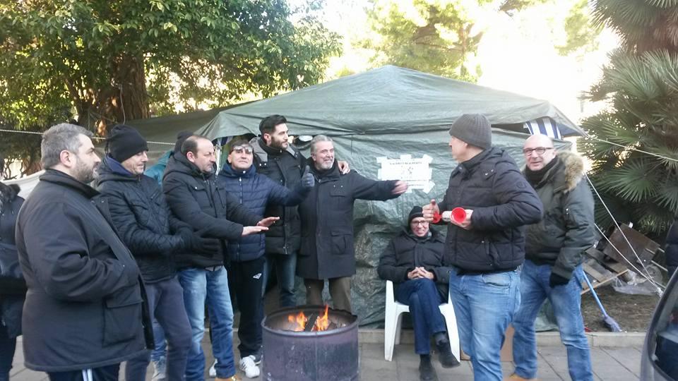 """Interinali Attiva in tenda sotto Comune: """"Non ci muoviamo!"""""""