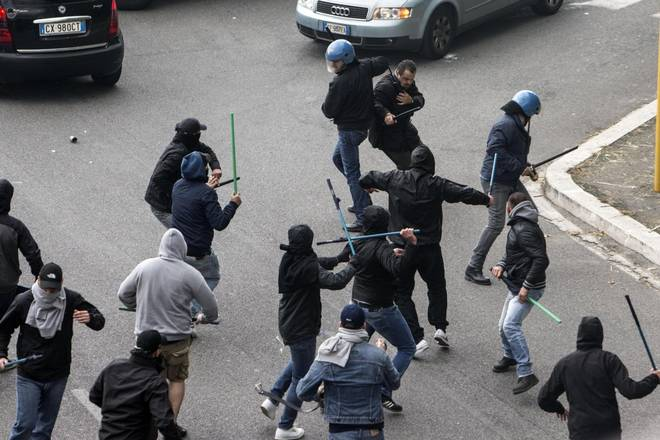 Pescara- Bari, scontri tra tifosi ospiti e Polizia