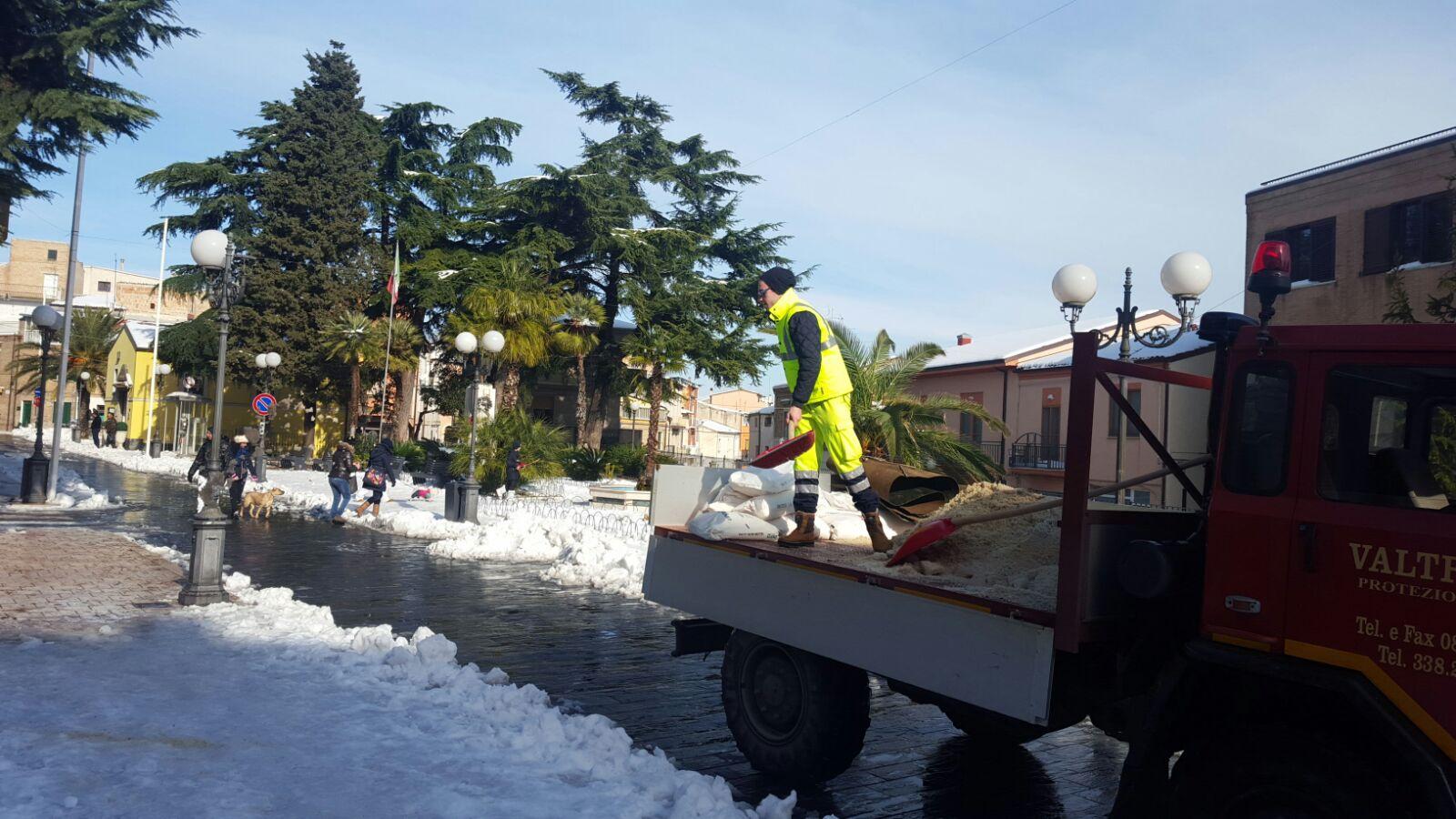 San Salvo: neve, uomini e mezzi in azione