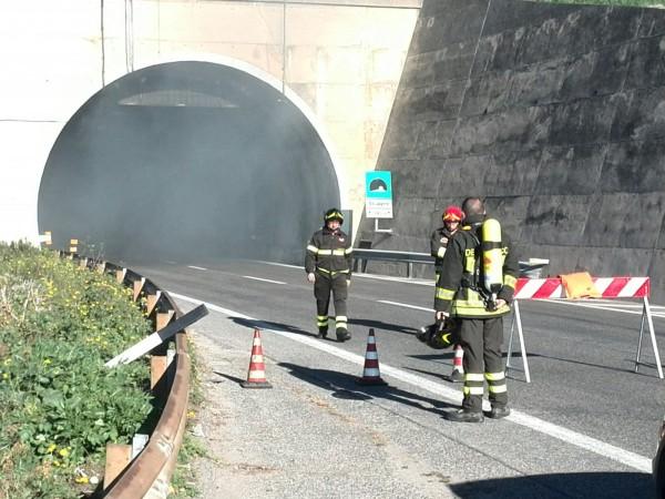 Tir in fiamme in galleria, autostrada chiusa tra Pineto e Pescara Nord